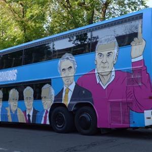 Podemos imita a 'Hazte Oír' y saca un bus señalando las caras de «la trama»