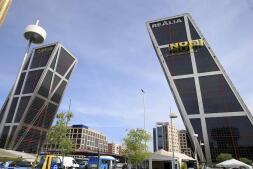 En imágenes: Greenpeace despliega una pancarta en las Torres Kio