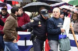 Castristas y disidentes se enfrentan ante la embajada de Cuba en Madrid