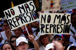 En 10 imágenes: Las venezolanas se movilizan en una «marcha blanca» contra Maduro
