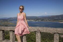 María de León visita las Islas Cíes como embajadora del nuevo Peugeot 5008