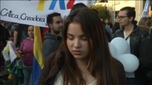 Miles de estudiantes piden en las calles de Bogotá un acuerdo por la paz