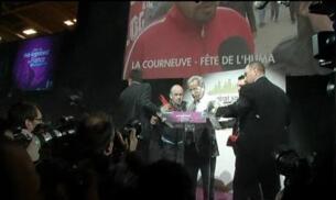 Rocían con harina al candidato socialista a la presidencia de Francia
