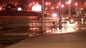 Fuertes olas invaden las calles de San Sebastián