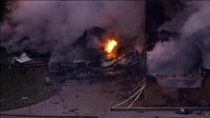 Una avioneta se estrella contra una casa en Los Ángeles provocando un impresionante incendio