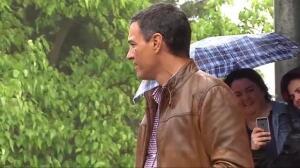 La lluvia sorprende a Pedro Sánchez durante un acto en Mérida
