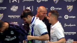 Zidane, bañado en champán durante la rueda de prensa