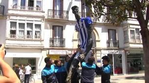 La estatua del Caminante en Vitoria ya está preparada para la final de Copa del Rey