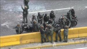 Nuevas protestas en las calles en contra de Maduro acaban en disturbios