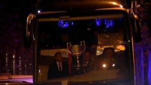 El Barça exhibe la Copa del Rey a su llegada a casa