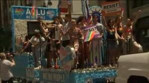 Decenas de ciudades de EEUU inundan sus calles con los colores de la bandera LGTBi