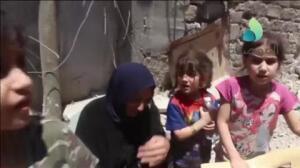 Un niña de Mosul corre a abrazar a un comandante de las Fuerzas Iraquíes tras ser puesta a salvo junto con su familia