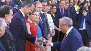 Martín Villa recibe la medalla de las primeras Cortes Constituyentes