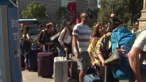 Pasajeros soportan largas colas en el Aerobús de Plaza Cataluña por la huelga de taxis
