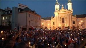 Miles de polacos se manifiestan en Varsovia en contra de las polémicas reformas judiciales