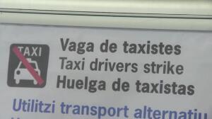 Caos en El Prat por colas y huelga de taxis
