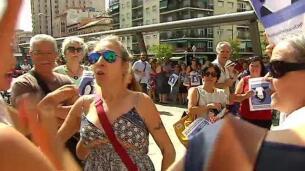 La policía interviene en la concentración en apoyo a Juana Rivas en Granada