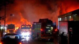 Encapuchados queman 18 camiones para el reparto de comida en Chile