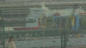 Tapan con lonas el dibujo de Piolín del barco de la Policía Nacional en Barcelona