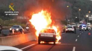 Arde un coche tras un accidente múltiple en la A2