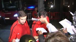 Decenas de aficionados reciben al Atlético de Madrid en el hotel del concentración