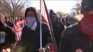 Choque de manifestaciones de extrema derecha y antifascista frente a la Casa Blanca