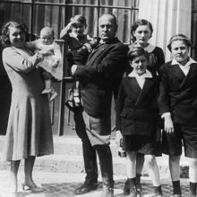Rachele y Benito Mussolini, junto a sus cinco hijos